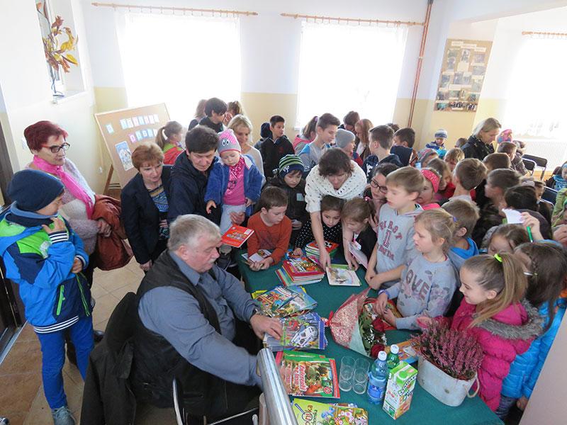 Spotkanie autorskie z Wiesławem Drabikiem w filii bibliotecznej w Sadku
