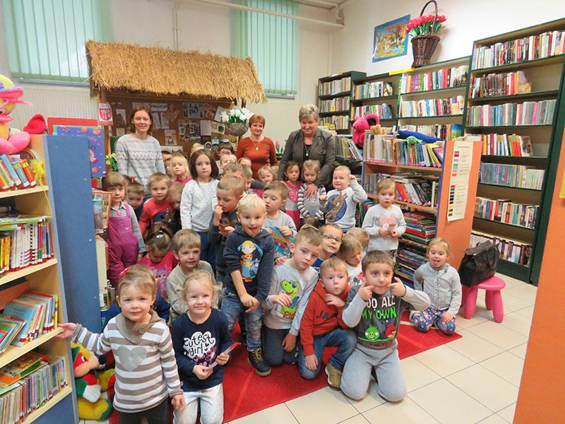 """Wizyta przedszkolaków w """"Krainie książek"""""""