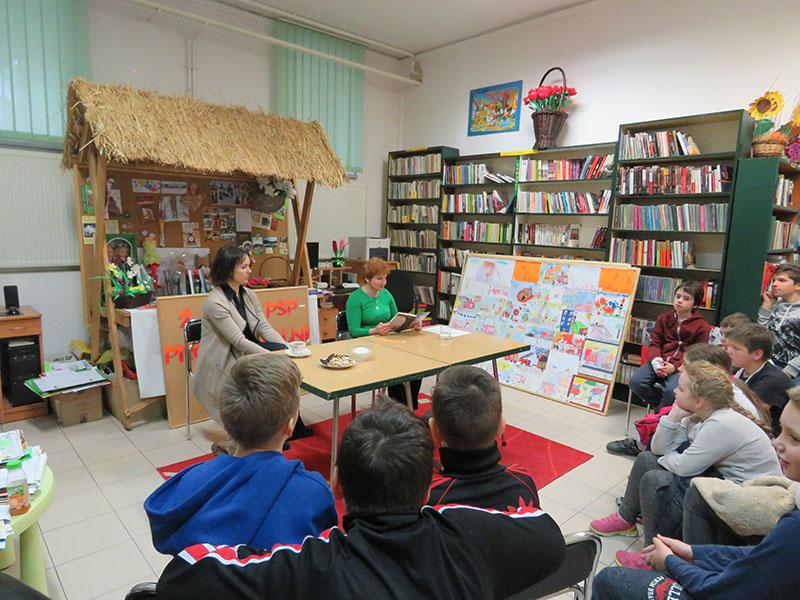 Głośne czytanie książki z kl. V Szkoły Podstawowej w Jodłowniku